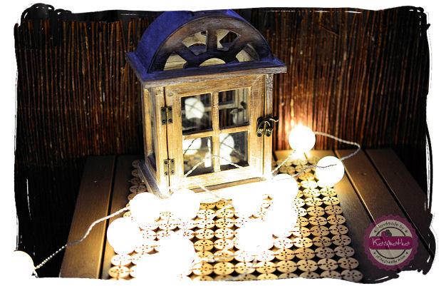 lampki z pilek pingpongowych na balkonie