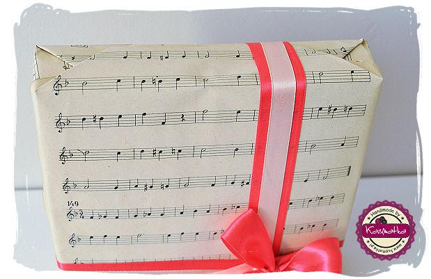 opakowanie prezentu w papier nutowy
