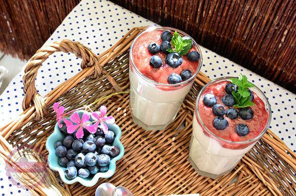 deser z jogurtem greckim i truskawkami