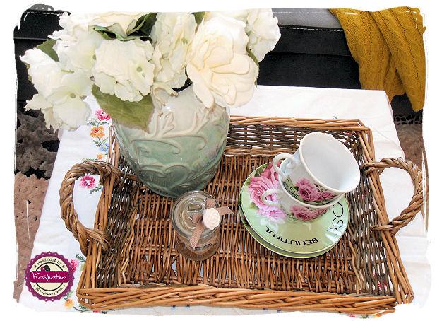 wiklinowa taca wazon z kwiatami